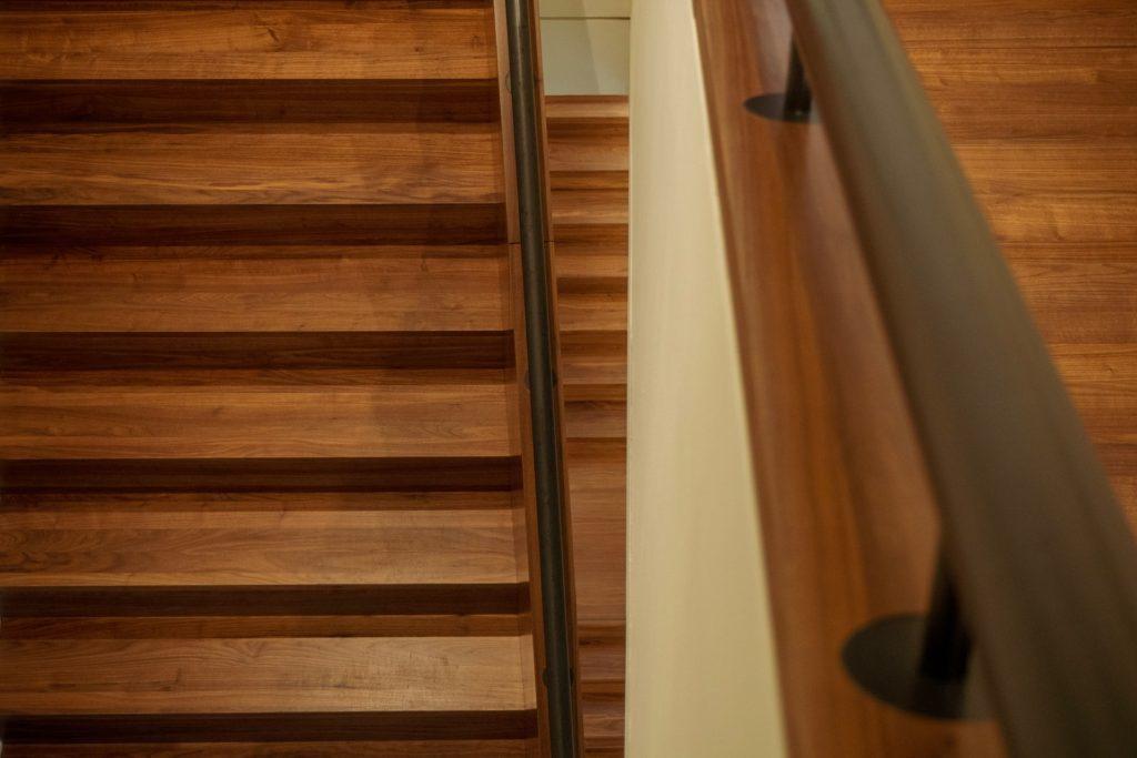 Care sunt avantajele și dezavantajele scărilor din lemn