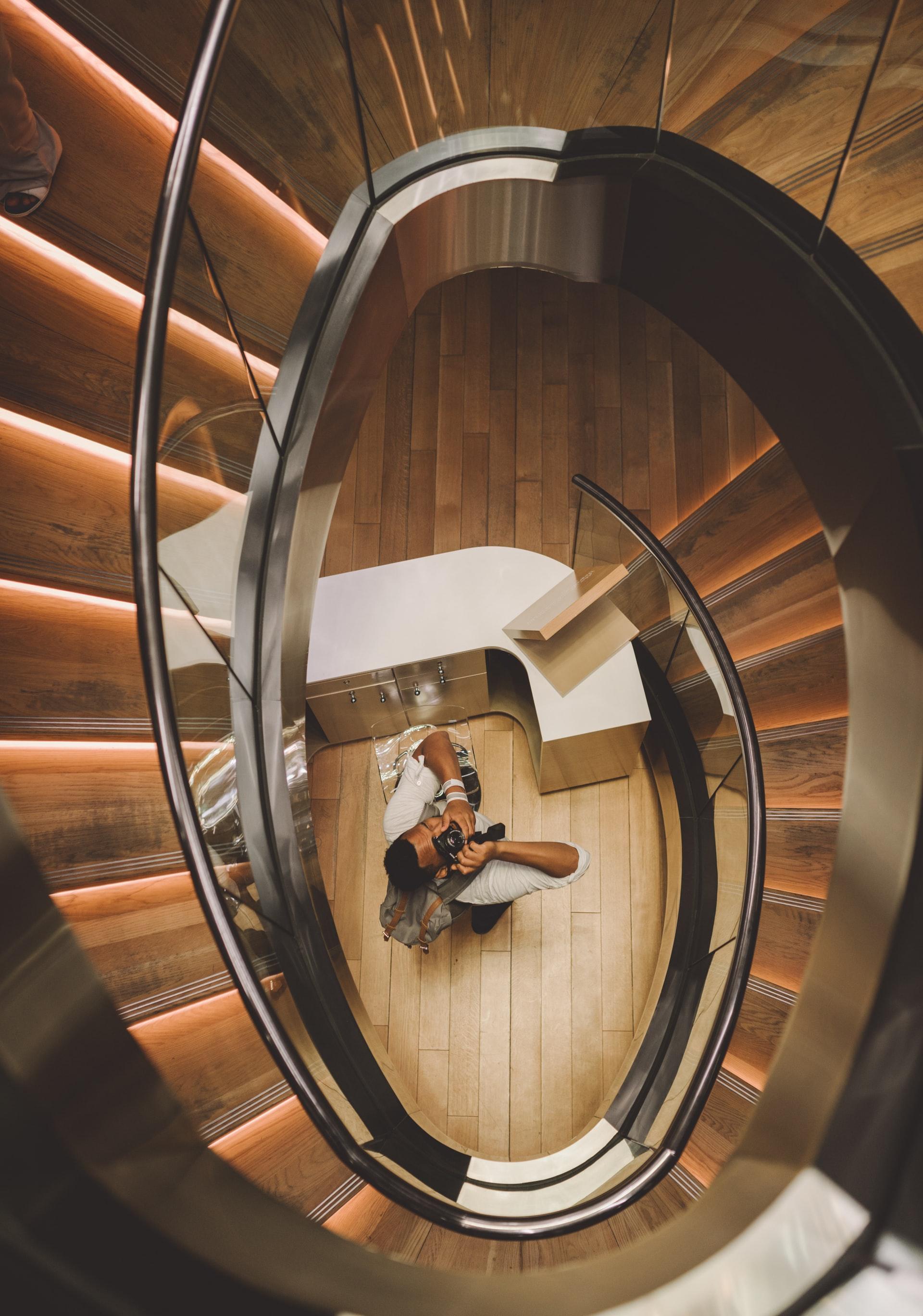 trepte în spirală cu balustrade de sticlă